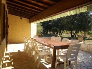 A restaurant or other place to eat at Cozy Villa in Sorgues with Swimming Pool
