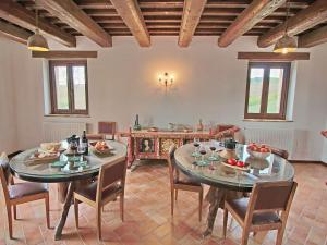 A restaurant or other place to eat at Luxurious Mansion with Private Garden in Montecassiano