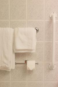 A bathroom at Holiday Inn Ashford North