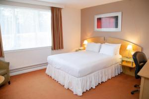 A bed or beds in a room at Holiday Inn Ashford North