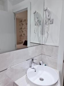 A bathroom at Hostal Met Madrid
