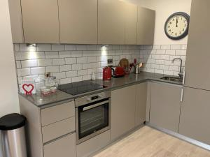 A kitchen or kitchenette at Bracknell - A Spectacular Dual Aspect 1 Bedroom Flat
