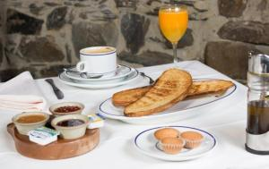 Breakfast options available to guests at Hotel Rural Valle de Ancares
