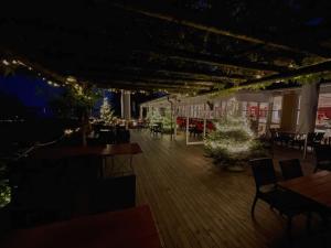 Ein Restaurant oder anderes Speiselokal in der Unterkunft Hotel Jean-Jacques Rousseau