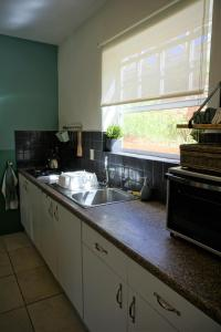 A cozinha ou cozinha compacta de Botanical Apartment - Central, Safe, Modern