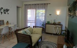 Uma área de estar em Botanical Apartment - Central, Safe, Modern
