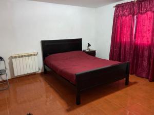 Una cama o camas en una habitación de Kaiken - Hostel & Departamentos