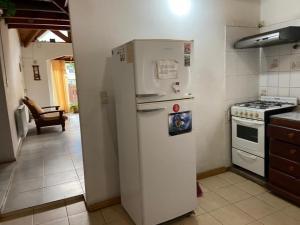 Una cocina o kitchenette en Kaiken - Hostel & Departamentos
