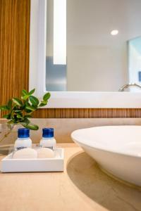 A bathroom at Margaritaville Resort Palm Springs