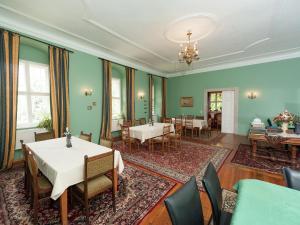 Ein Restaurant oder anderes Speiselokal in der Unterkunft Vintage Apartment in Arzberg - Triestewitz with Terrace