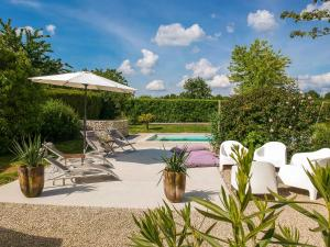 The swimming pool at or near Spacious Cottage with private pool in Villiers-Couture