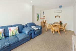 A seating area at Location! 2BR Town View Unit in Centre of Airlie.