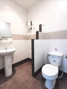 A bathroom at Green Bay Samed Resort