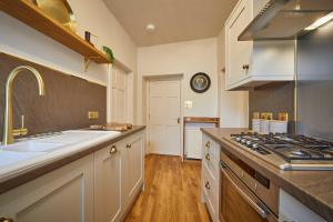 A kitchen or kitchenette at The Jungle Nook