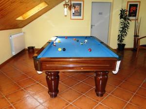 Uma mesa de bilhar em Hotel Nossa Senhora da Saude