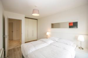 A bed or beds in a room at Parnell Apartments