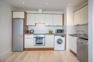 A kitchen or kitchenette at Parnell Apartments