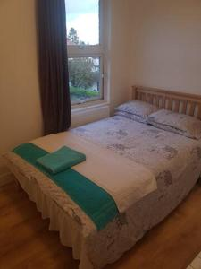 A bed or beds in a room at Cosy En_suite Double Room in Edware