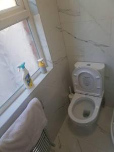 A bathroom at Cosy En_suite Double Room in Edware