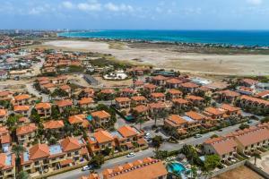 Uma vista aérea de Gated Community Close to Famous Beaches