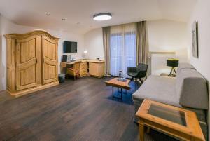 Ein Sitzbereich in der Unterkunft Staudacherhof History & Lifestyle