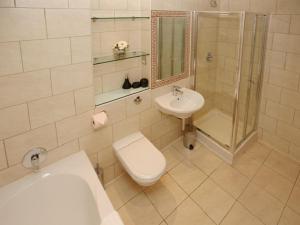 A bathroom at Les Bateaux