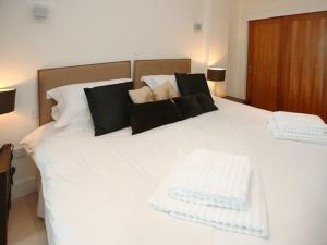 A bed or beds in a room at Les Bateaux