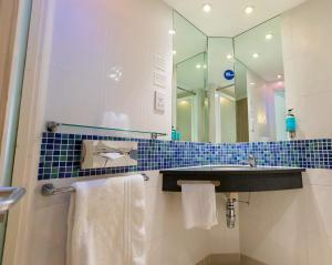 A bathroom at Holiday Inn Express Norwich