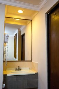 A bathroom at Hotel Royal Inn