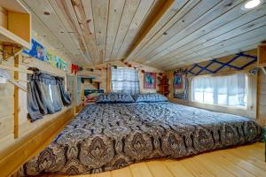 A bed or beds in a room at Tiny House Leadville Colorado
