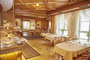 Ein Restaurant oder anderes Speiselokal in der Unterkunft Flair Hotel Weinstube Lochner