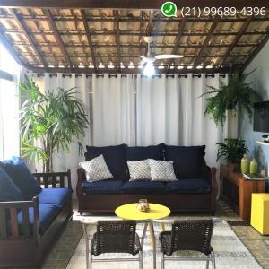 A seating area at Hostel Caminho da Praia