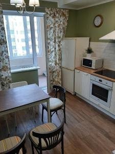 Кухня или мини-кухня в Apartment on Krasnoarmeyskaya 38