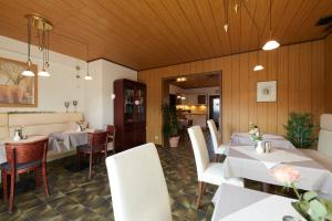 A restaurant or other place to eat at Pension Haus Gisela