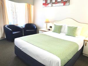 A bed or beds in a room at Golfview Motor Inn