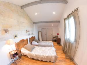 A bed or beds in a room at Domaine de Quittignan Brillette