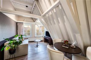 A seating area at NH Collection Barbizon Palace Apartments