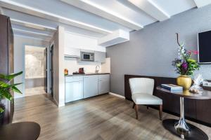 A kitchen or kitchenette at NH Collection Barbizon Palace Apartments