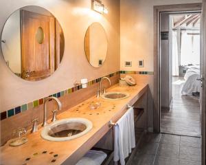 A bathroom at Lirolay Suites