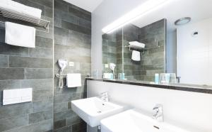 A bathroom at Bastion Hotel Amsterdam Airport