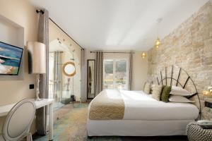 A bed or beds in a room at Solemare