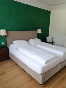 A bed or beds in a room at Hotel Forelle