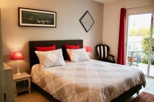 A bed or beds in a room at B&B-Les Balcons de Maragon