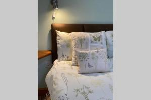 A bed or beds in a room at Seagull Cottage