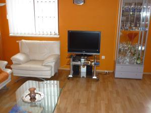TV a/nebo společenská místnost v ubytování Nueva Fiesta Apartment