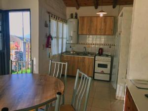 A kitchen or kitchenette at Los Coirones