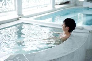 Der Swimmingpool an oder in der Nähe von Shinjuku Kuyakusho-mae Capsule Hotel