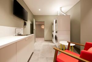 A kitchen or kitchenette at Holiday Inn Express Newcastle, an IHG hotel