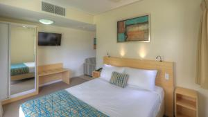 A bed or beds in a room at Lismore Gateway Motel