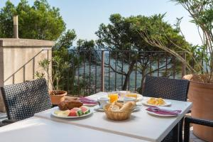 Breakfast options available to guests at Petit Hotel Hostatgeria Sant Salvador